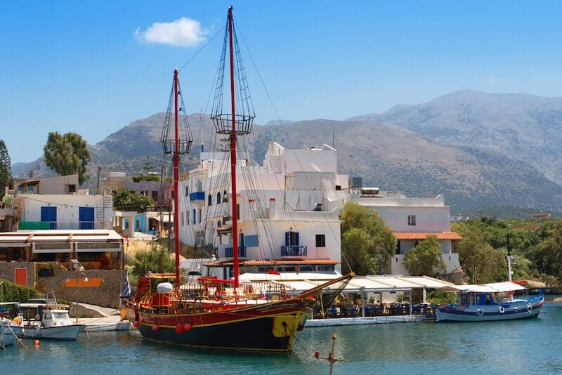 tourist boat by the harbour in Sissi